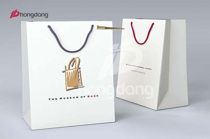 Túi xách màu trắng ấn tượng