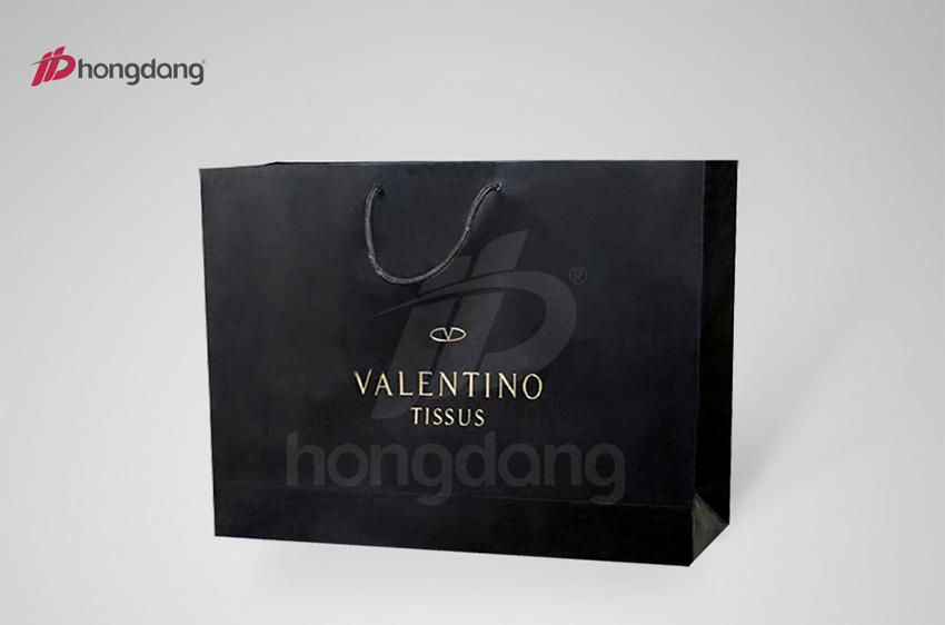 Mẫu túi xách giấy màu đen huyền bí của thương hiệu Valentino Tissus